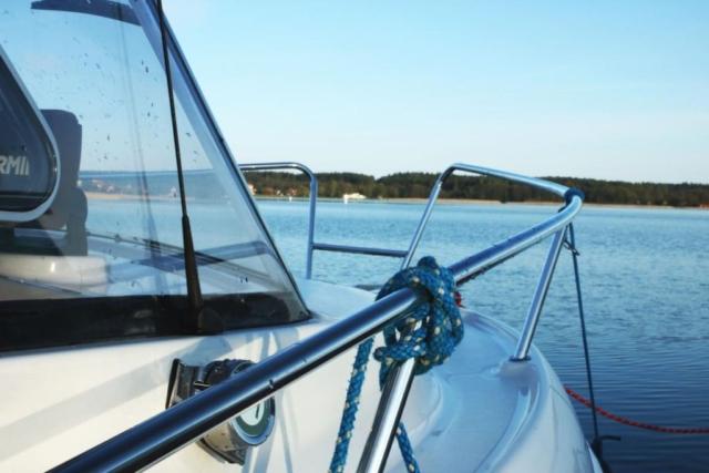 Szerokie burty na stabilnej łodzi bez patentu w okolicach Giżycka