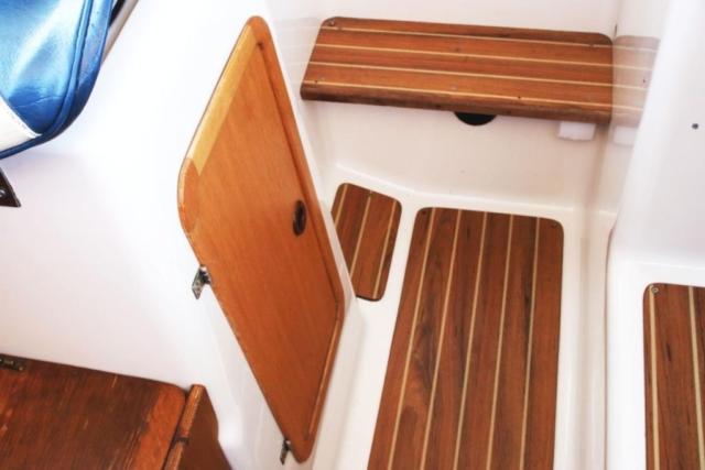 Kabina ogrzewana, jacht idealnie nadaje się do pływania w kwietniu i maju