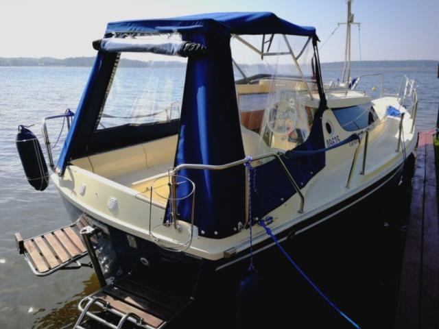 Stabilny jacht z silnikiem stacjonarnym, ogrzewaniem i niezbędnymi funkcjonalnościami do codziennego życia