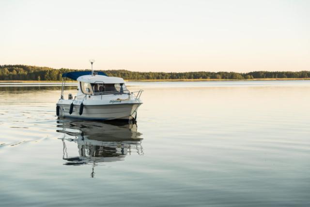 Bezpieczna łódź na Mazurach do wynajęcia bez patentu dla każdego