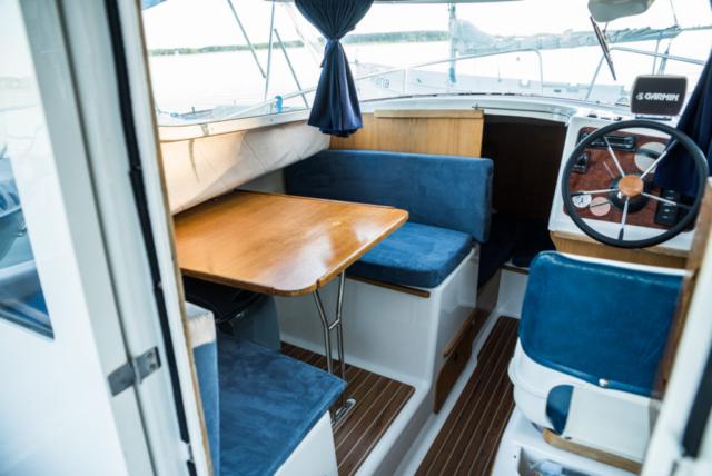 Koło sterowe i manetka ulokowane w kabinie z ogrzewaniem Webasto