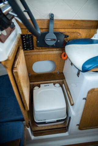 WC chemiczne na pokładzie jachtu motorowego do czarteru