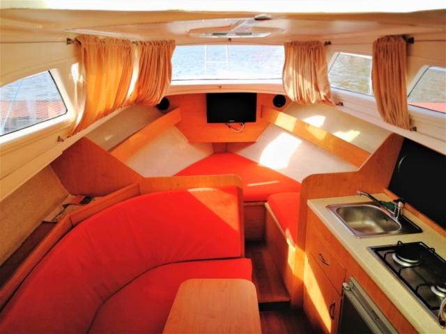 Przestronne kabina łodzi motorowej na Mazurach. 6 miejsc nocelgowych, kuchnia, łazienka, TV