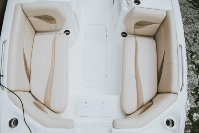 skórzane kanapy na motorówce - Mazury
