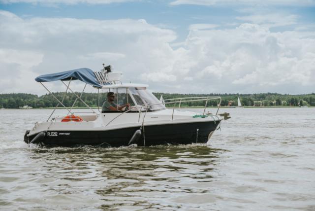 Burta jachtu Pilothouse 535, możliwość czarteru bez patentu.