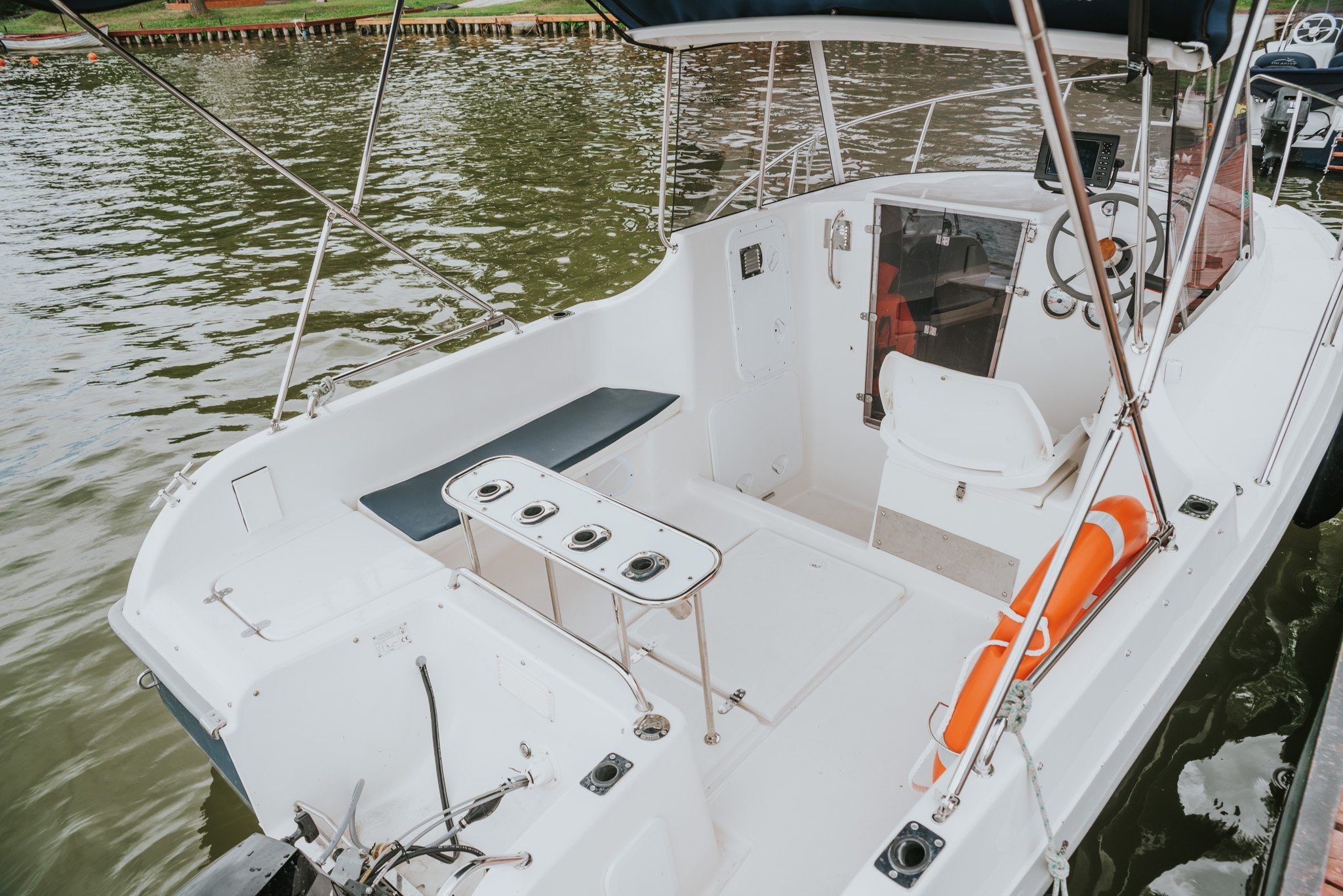 Pokład i sterówka jachtu spacerowego Pilothouse 535 do wynajmu w okolicach Węgorzewa.