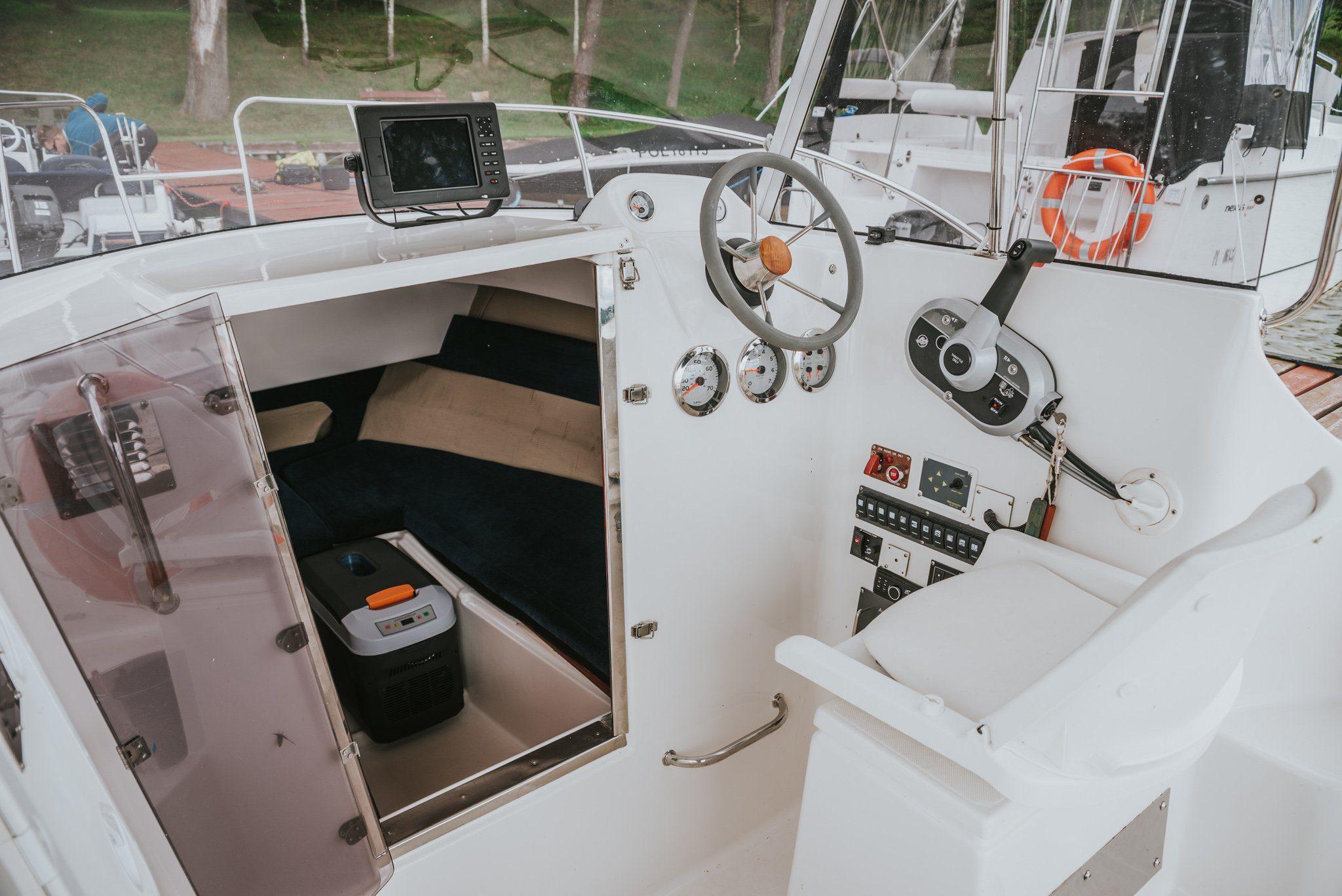 Funkcjonalna sterówka łodzi motorowej Pilothouse umożliwiająca pływanie łodzią bez patentu.