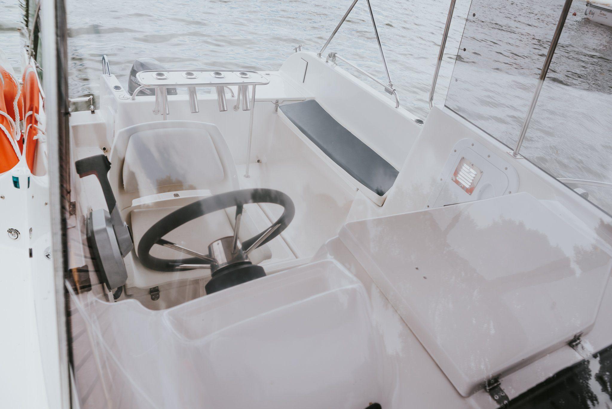 koło sterowe oraz pokład łodzi motorowej Giżycko