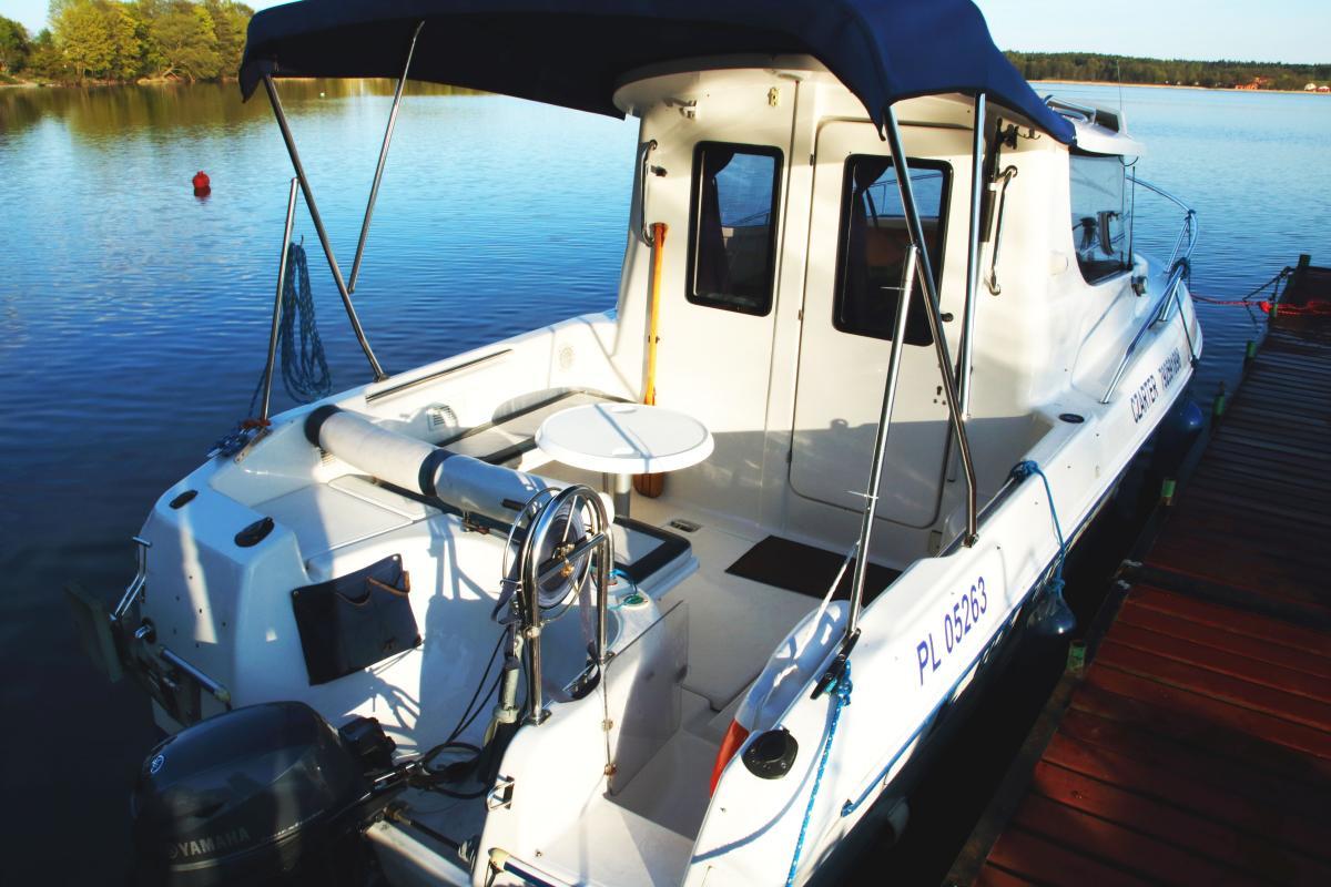 Pokład słoneczny łodzi Quicksilver 650 na Mazurach