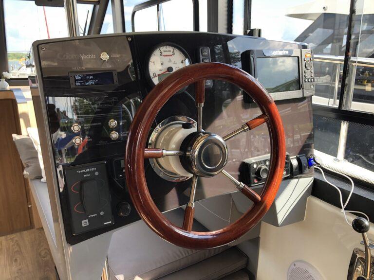 czarter jachtów motorowych - konsola sternika